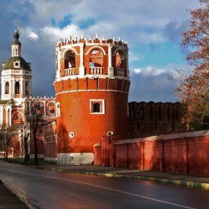 Стена и башни Донского монастыря в Москве. На заднем плане колокольня с церковью Захарии и Елисаветы.2007Чеботарь